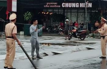 thanh nien ngao da cam dao bau dao pho duoi chem nguoi di duong