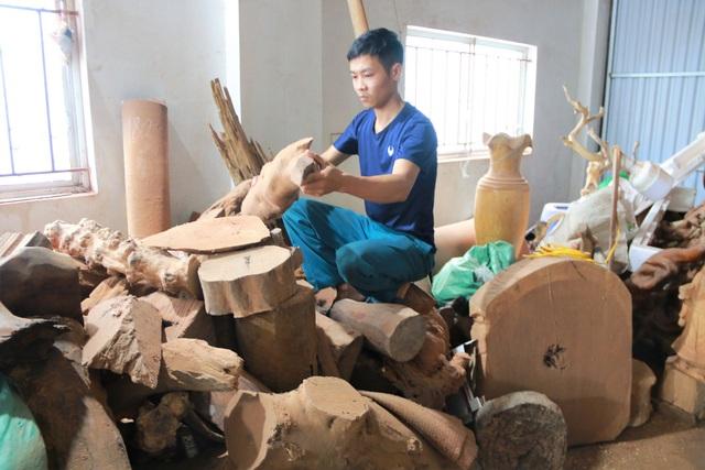 """Chàng trai làng """"thổi hồn"""" vào gỗ, kiếm hàng trăm triệu đồng mỗi năm - 3"""