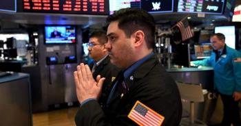 Chứng khoán lao dốc, giá vàng tăng vọt sau tin ông Trump mắc Covid-19