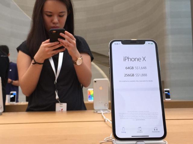 Dân buôn trông chờ vào cánh cửa hẹp để đưa iPhone 12 về Việt Nam - 1
