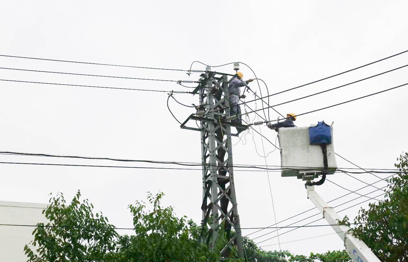 Dầm mưa... cứu điện
