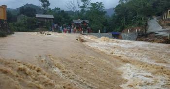 Mưa lớn, nước sông, suối dâng cao khiến nhiều thôn, bản bị cô lập trở lại