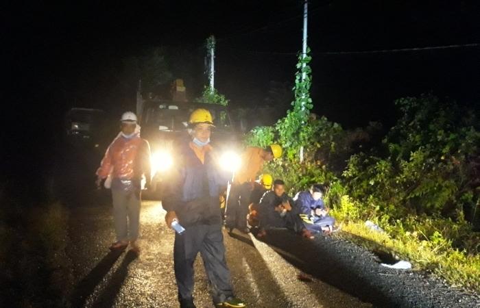 Tâm sự của những người thợ điện trong mùa mưa lũ