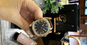 Rút ví hơn 1 tỷ đồng, nữ đại gia mua đồng hồ dát kim cương tự tặng bản thân