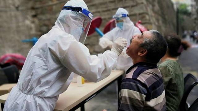 Ca mắc Covid-19 tại Trung Quốc tăng vọt sau ổ dịch mới bùng phát - 1