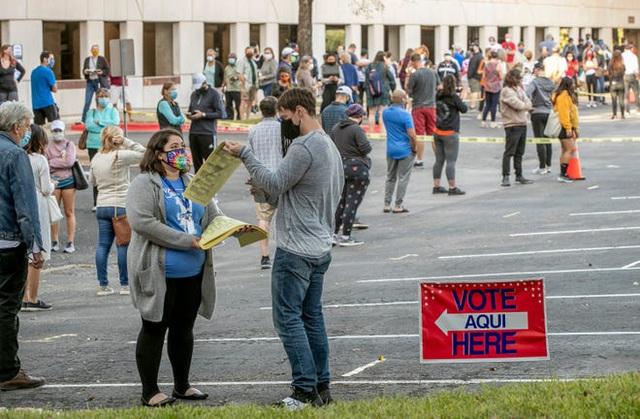 Lo hỗn loạn hậu bầu cử, người Mỹ đổ xô mua súng và giấy vệ sinh - 1