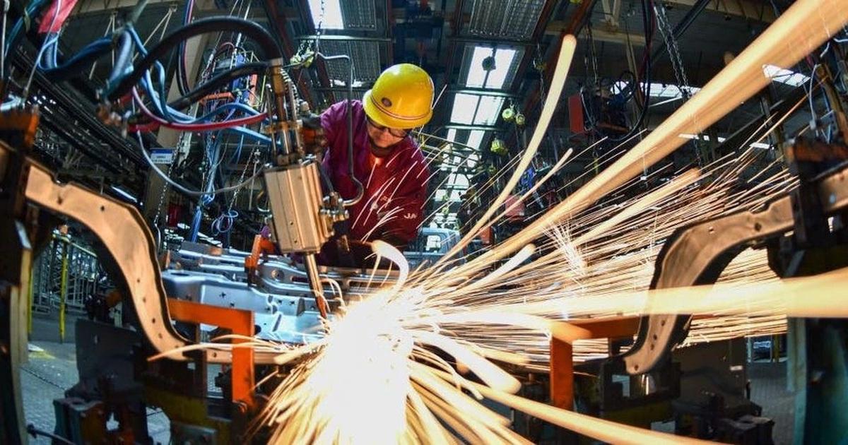 """Sản xuất toàn cầu """"căng như dây đàn"""" vì thiếu cung và chi phí tăng vọt"""