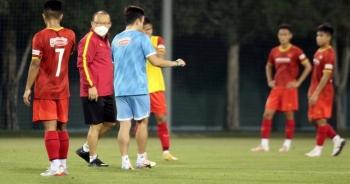 HLV Park Hang Seo chăm chú theo dõi buổi tập của U23 Việt Nam