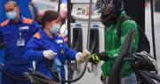 Giá xăng dầu tăng sốc: Doanh nghiệp vận tải kêu bi đát, khó khăn