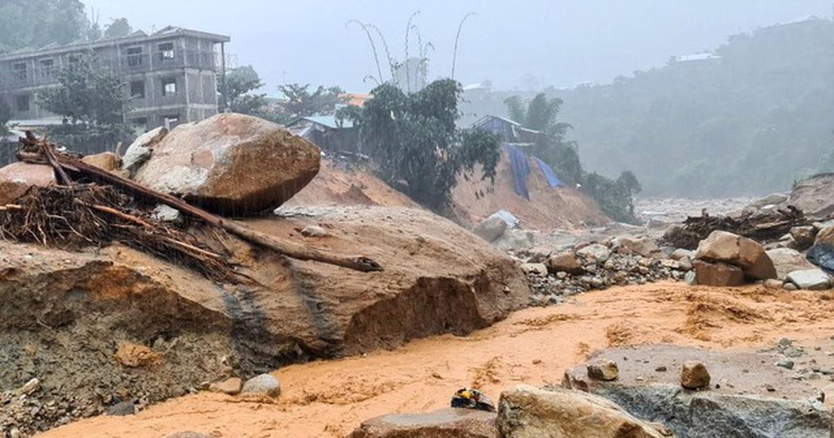 Quảng Nam mưa tầm tã suốt từ đêm qua, còi báo động sạt lở hú liên hồi