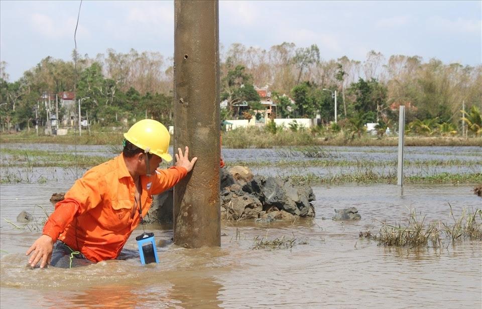Những người thợ điện trong mùa lụt bão