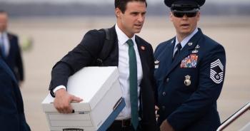 Gương mặt 30 tuổi đứng sau chiến dịch thanh lọc nhân sự ở Nhà Trắng