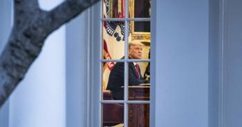 """Ông Trump """"thu mình"""" trong Nhà Trắng"""