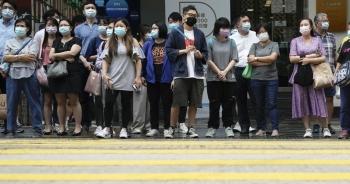 """Hong Kong """"sốt xình xịch"""" vì 73 ca Covid-19 mới"""