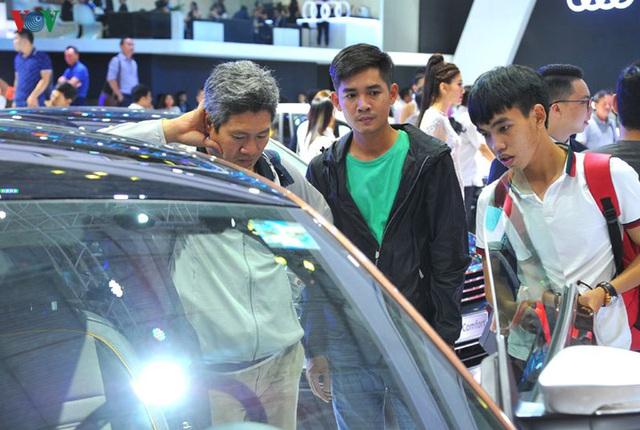 Giá ô tô tại Việt Nam đang gánh loại thuế, phí nào nhiều nhất? - 1