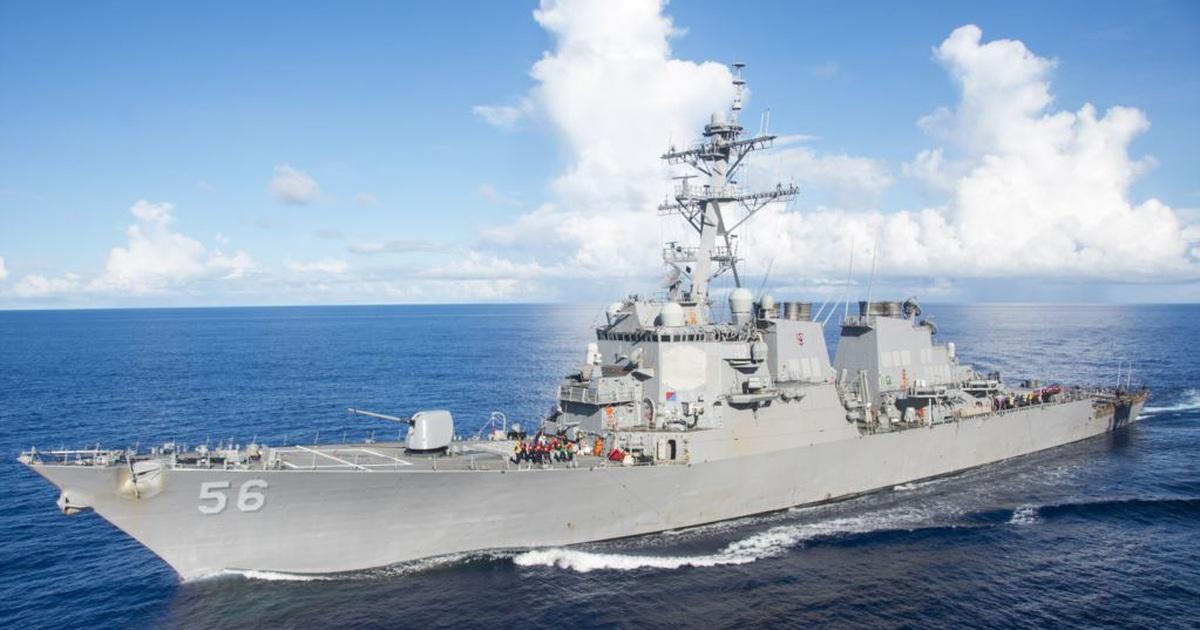 Tàu chiến Nga xua đuổi tàu khu trục Mỹ gần lãnh hải