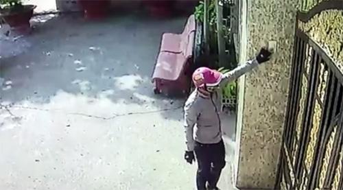 Camera ghi hình thanh niên nghi trộm hơn 8 tỷ đồng trong biệt thự