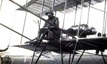 Phi công tiến hành cuộc không kích đầu tiên trên thế giới