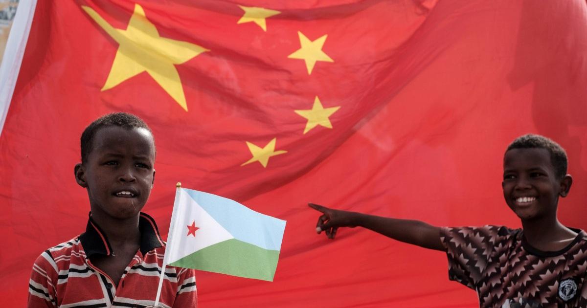 """Trung Quốc """"khóa van"""" dòng tiền đổ vào những """"con nợ"""" ở châu Phi"""