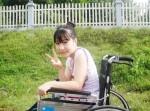 Cảm phục cô gái viết sách trên xe lăn