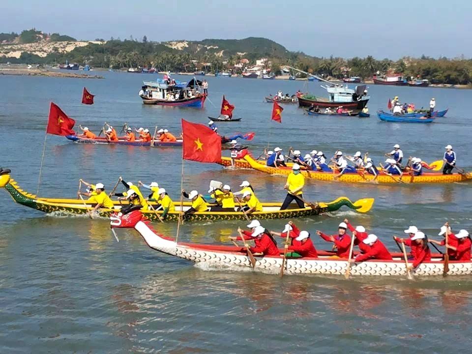 Tưng bừng lễ hội sông nước đầu năm