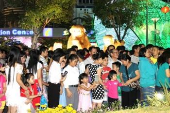TP HCM: Đường hoa Nguyễn Huệ đông nghẹt khách tham quan