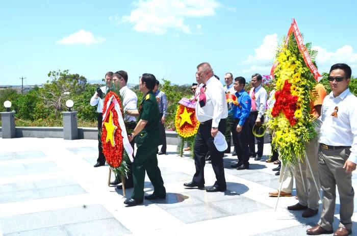 Vietsovpetro dâng hoa tại tượng đài Cam Ranh