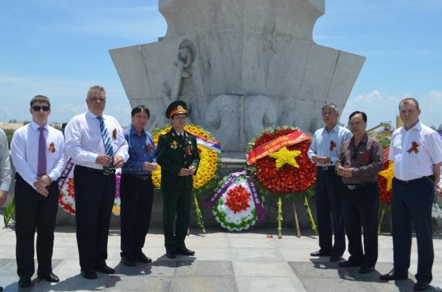 Vietsovpetro tổ chức Lễ viếng và đặt vòng hoa tại Tượng đài Cam Ranh
