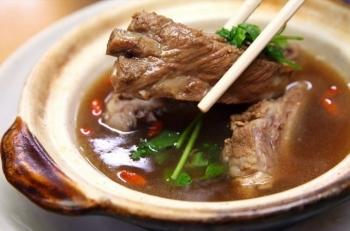 """Thưởng thức món """"trà xương heo"""" nổi tiếng ở Singapore"""