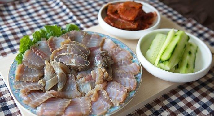 Bạn có dám thử món cá đuối tươi lên men bốc mùi ở Hàn Quốc?