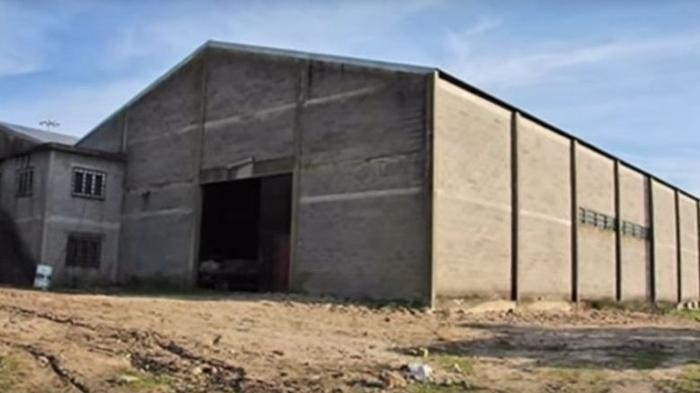 Cặp vợ chồng mua căn nhà kho bỏ hoang, sau đó đã không thể ngờ khi thấy những gì bên trong