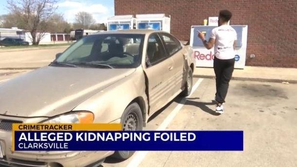Chàng trai đi nhờ xe, khi nhìn vào màn hình điện thoại của cô gái lập tức gọi cảnh sát