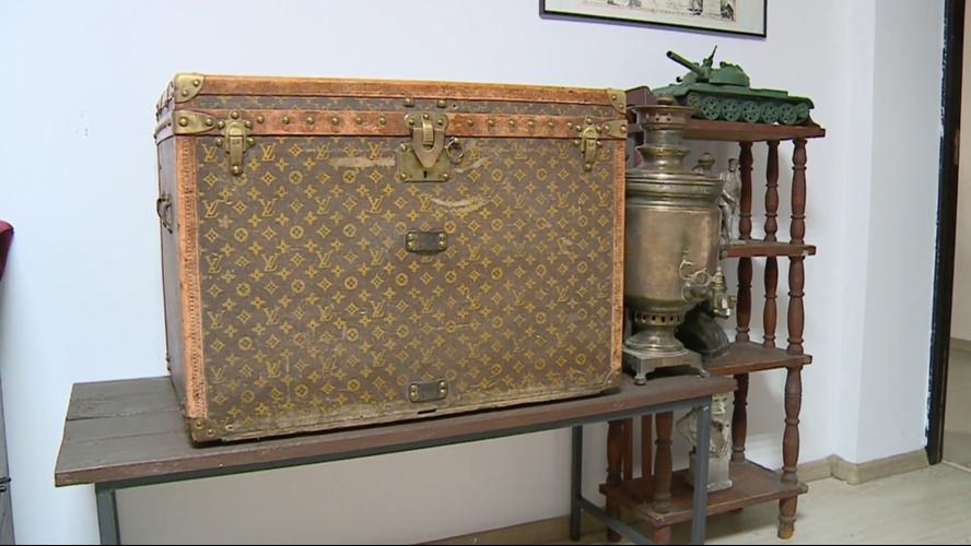 Nông dân Ukraine dùng rương Louis Vuitton 130 năm tuổi để đựng... ngô cho gà