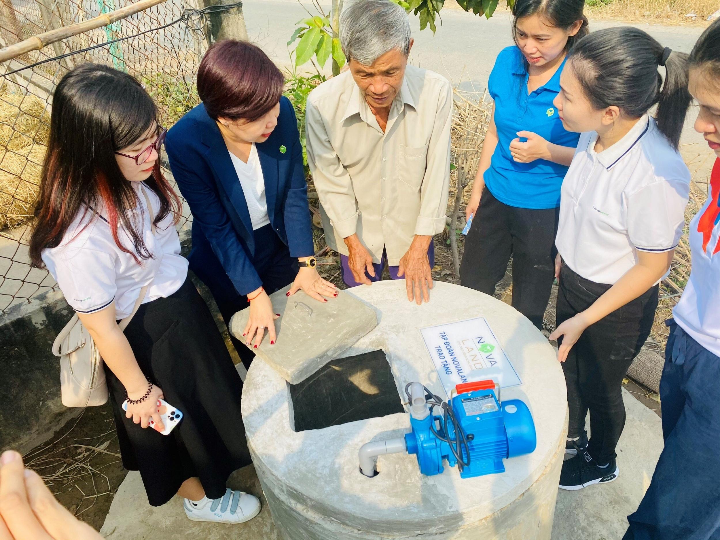 Ông Hồ Văn Lép (Huyện Ba Tri) bên giếng nước mới nhận.
