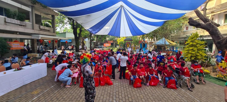 Những trẻ em tàn tật, mồ côi tại Trung tâm bảo trợ trẻ em tàn tật mồ côi Thị Nghè (TP.HCM), đã có một ngày vui cùng với nhân viên Nova Group