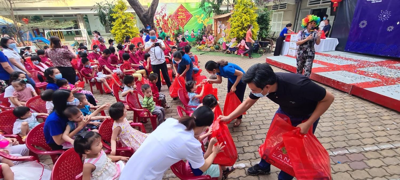 Những trẻ em tàn tật, mồ côi tại Trung tâm bảo trợ trẻ em tàn tật mồ côi Thị Nghè, TP.HCM đã được nhận những phần quà Tết từ Nova Group