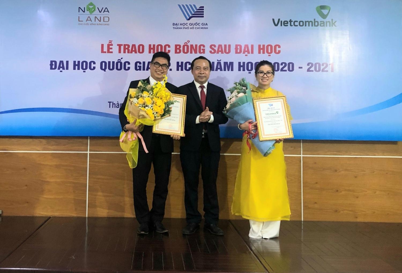 PGS.TS Vũ Hải Quân trao hoa và gửi lời cảm ơn tới các nhà tài trợ