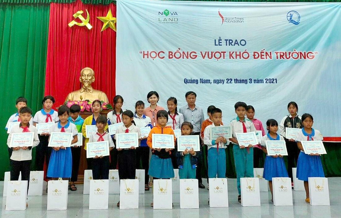 Tập đoàn Novaland thông qua Quỹ bảo trợ trẻ em Việt Nam và Quỹ STF - Phạm Phú Thứ trao tặng 95 phần học bổng cho học sinh tại huyện Nam Trà My