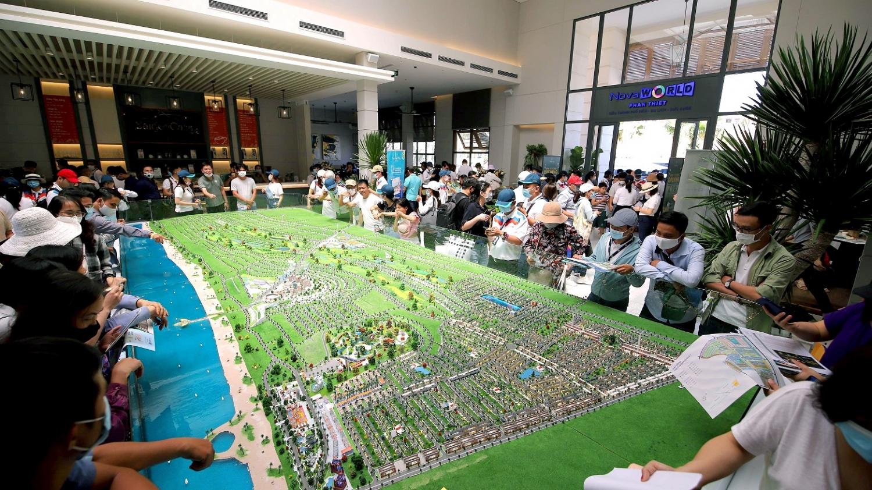 Nhà đầu tư tham quan sa bàn Dự án NovaWorld Phan Thiet tháng 03 vừa qua.
