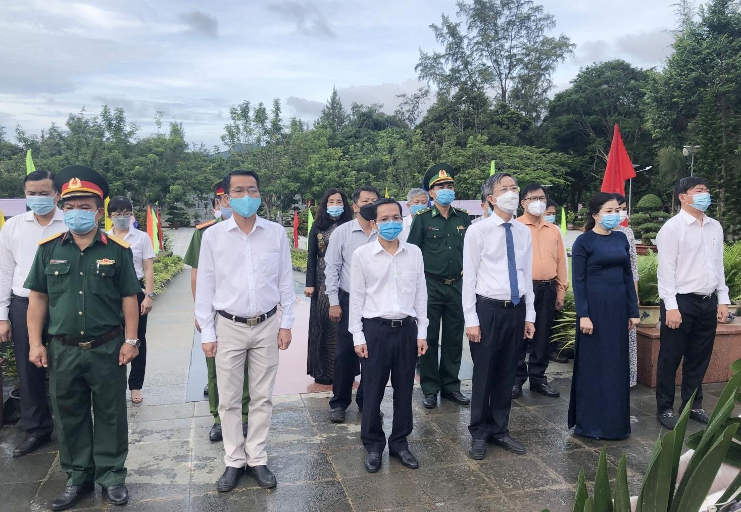 Huyện Côn Đảo viếng Nghĩa trang Hàng Dương