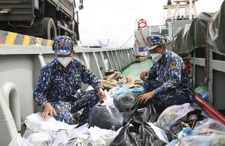 Hơn 100 tấn nông sản về TP HCM bằng tàu Hải quân