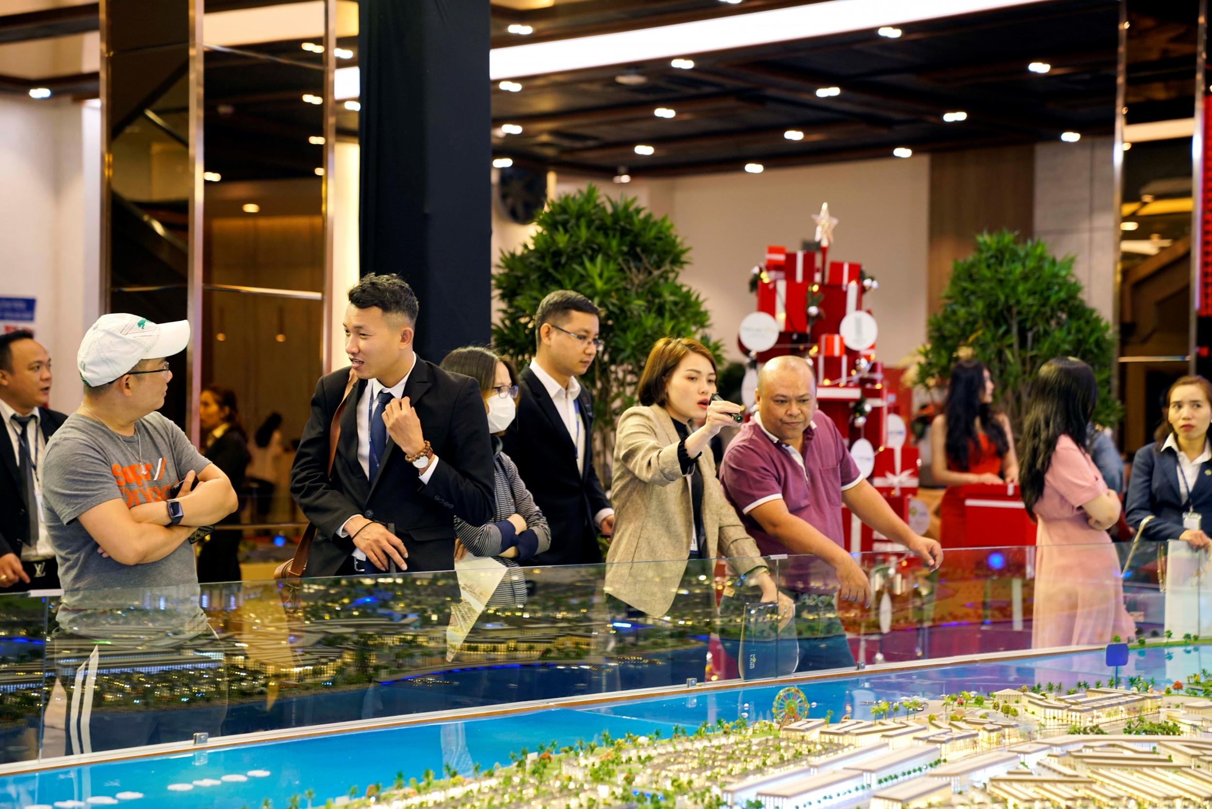 Khách hàng tham quan sa bàn của Aqua City – một trong những Dự án trọng điểm được Novaland giới thiệu trong thời gian qua