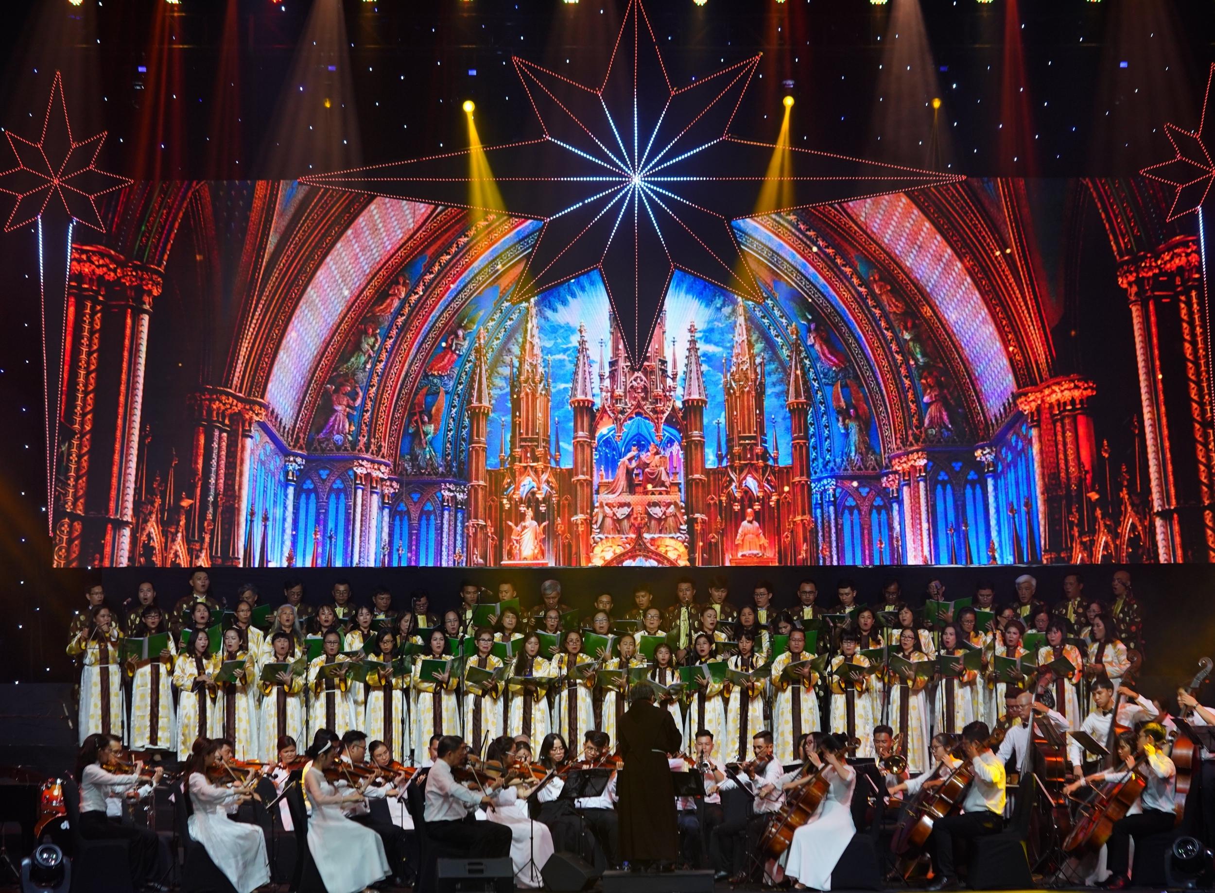 Không khí Giáng Sinh thiêng liêng tràn ngập mang lại nhiều cảm xúc cho khán giả.