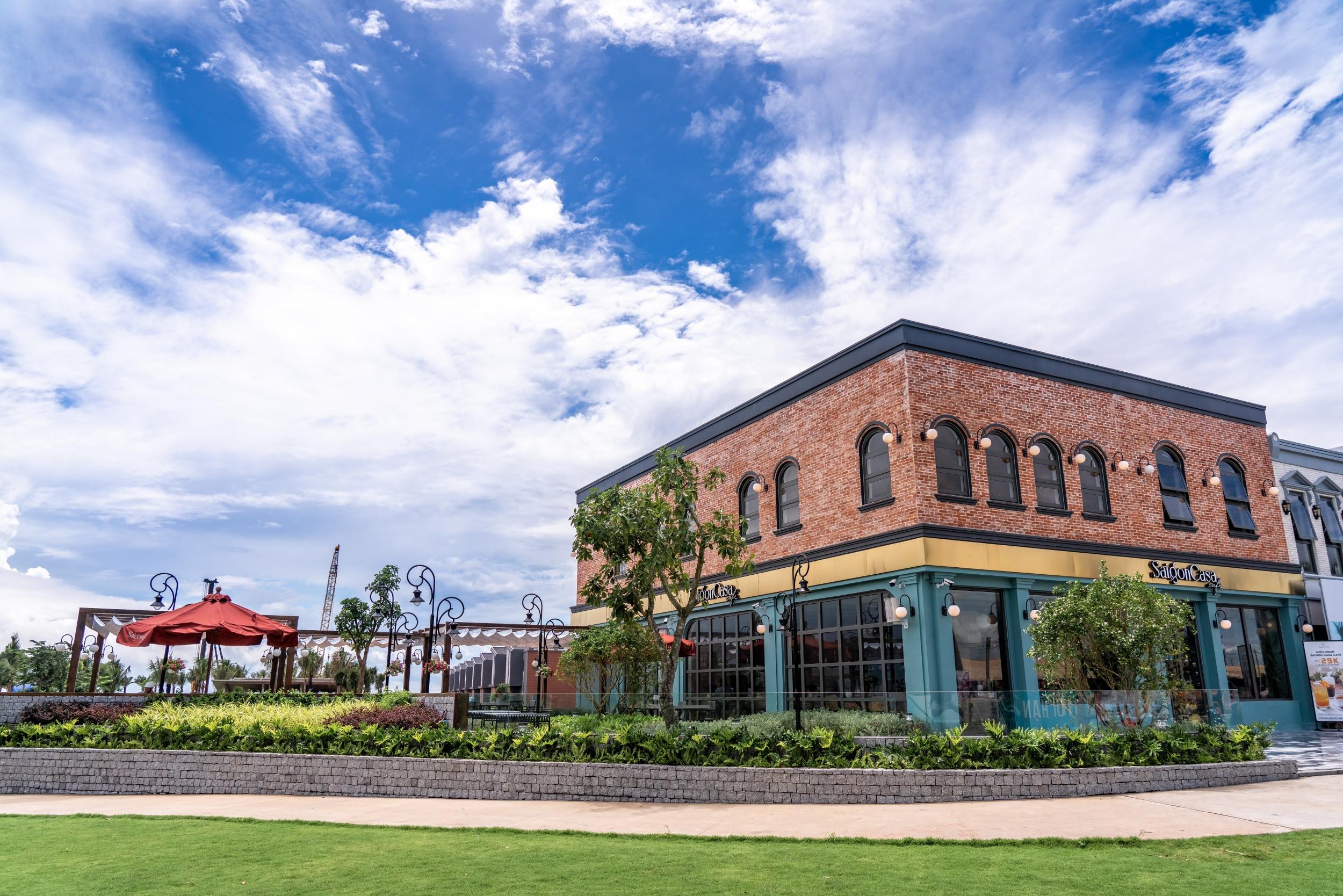 Saigon Casa Café tại shophouse mặt tiền đường ven biển thuộc phân kỳ The Tropicana của dự án NovaWord Hồ Tràm phù hợp cho du khách uống cà phê, thư giãn, chụp ảnh... Nguồn ảnh: Novaland