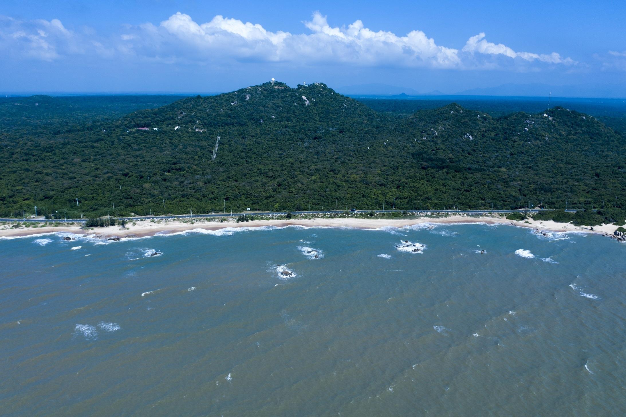 Đường bờ biển trải dài hơn 30 km của Hồ Tràm thích hợp cho nhiều hoạt động trải nghiệm biển. Ảnh: Hữu Khoa.