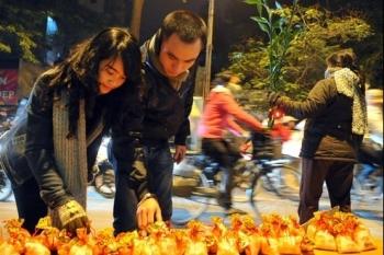 Phong tục đẹp ngày Tết Việt Nam: Đầu năm mua muối, cuối năm mua vôi