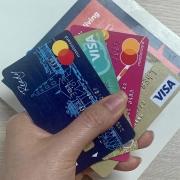 """Doanh số thanh toán thẻ giảm sốc, vẫn """"cõng"""" nhiều loại phí"""