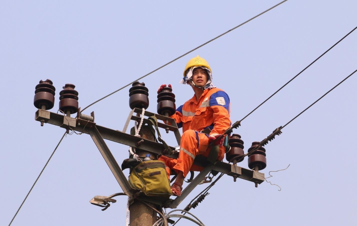 Tiêu thụ điện tại miền Bắc tăng kỷ lục, EVNNPC và Hà Nội tiết giảm điện tự dùng tại nơi làm việc