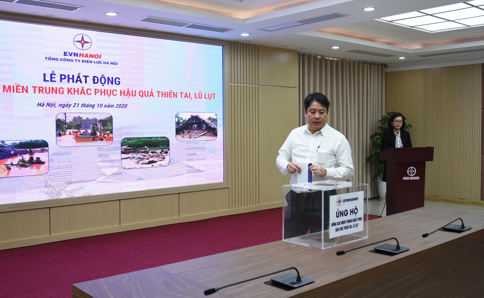 Cán bộ nhân viên EVNHANOI quyên góp ủng hộ đồng bào miền Trung khắc phục thiên tai, lũ lụt