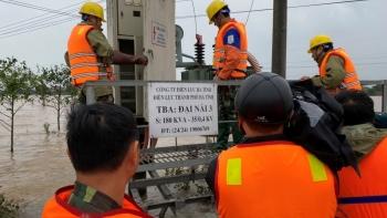 Điện lực Hà Tĩnh nỗ lực cấp điện trở lại và hỗ trợ nhân dân sau mưa lũ